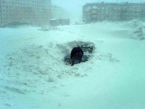 выкапываем машину из-под снега